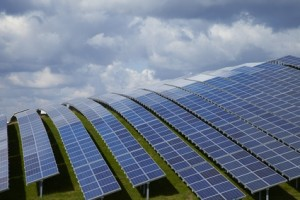 Solarpark in Europa auf einem Berg