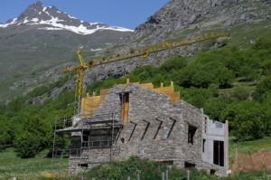 maison de pierre ,chalet en construction dans les alpes