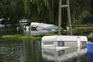 Hochwasser auf einem Campingplatz am Rhein