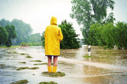 Frau im Hochwasser