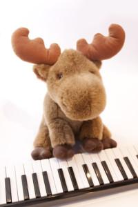 Klavierspielender Plüsch-Elch